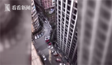 """魔幻城市重庆再出""""爆款"""":坐电梯上27楼仍是广场"""