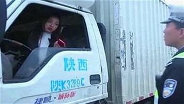 遇到有胸无脑的货车女司机,真是让人崩溃!