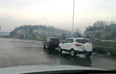 2名男子高速路边停车看海外动作片:醒瞌睡