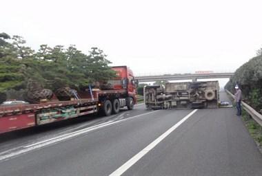 衢州高速上一货车爆胎侧翻,车道上洒满白色不明液体