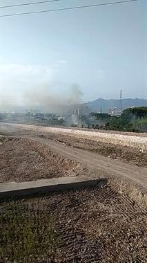 104国道路旁发生火灾 数名消防员火速前往救援!