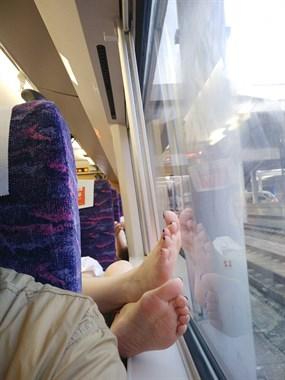 长兴男子坐高铁,背后突然伸出双涂着指甲油的女生脚…