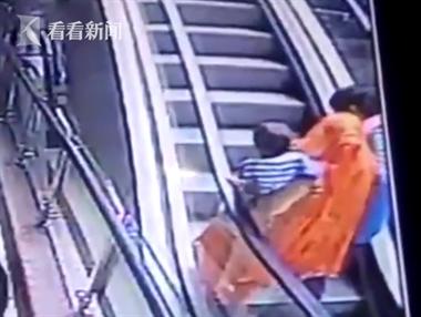 父母扶梯上自拍身体失衡 怀中女婴从3楼坠落身亡