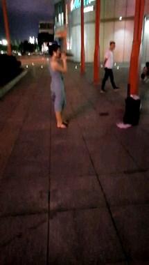 晚上在临城华润门口看到一美女献唱 人美歌声也美