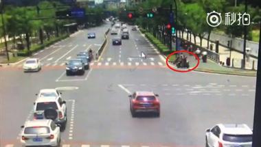 衢州电动车驾驶员撞上豪车,左手骨折还被判全责!