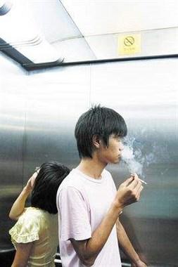 叼一根没点的烟坐电梯 被一中年妇女怒怼 我错了吗?