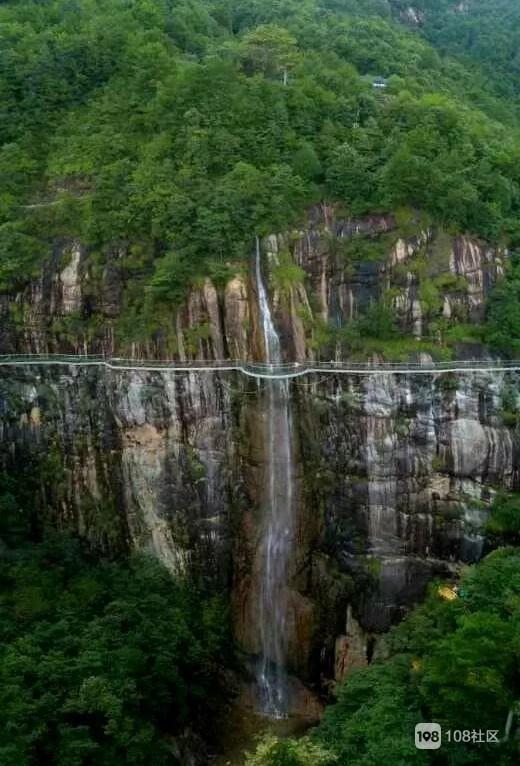 """龙穿峡景区拥有浙东最大的瀑布群,素有""""天龙八瀑""""美誉 ,龙穿瀑腾龙起"""