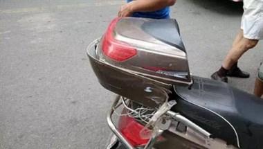 社友路口跳黄灯刹车停下 后方电瓶车追尾 还问咋开车的!