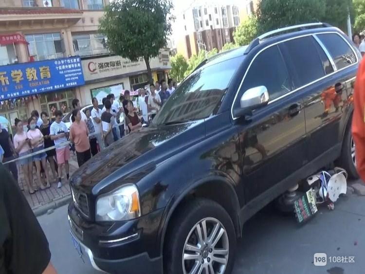 女子出车祸被压在车底!周围近30人竟然同时做了一件事