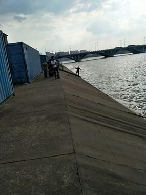 禁渔期解除了?东桥南钓鱼人成群扎堆,3个钩子一绑就开始钓