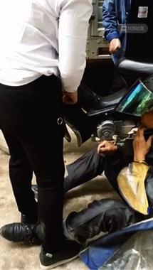 好危险!镇巴佬骑摩托雨衣被卷进车轮摔倒 幸好没出大事!