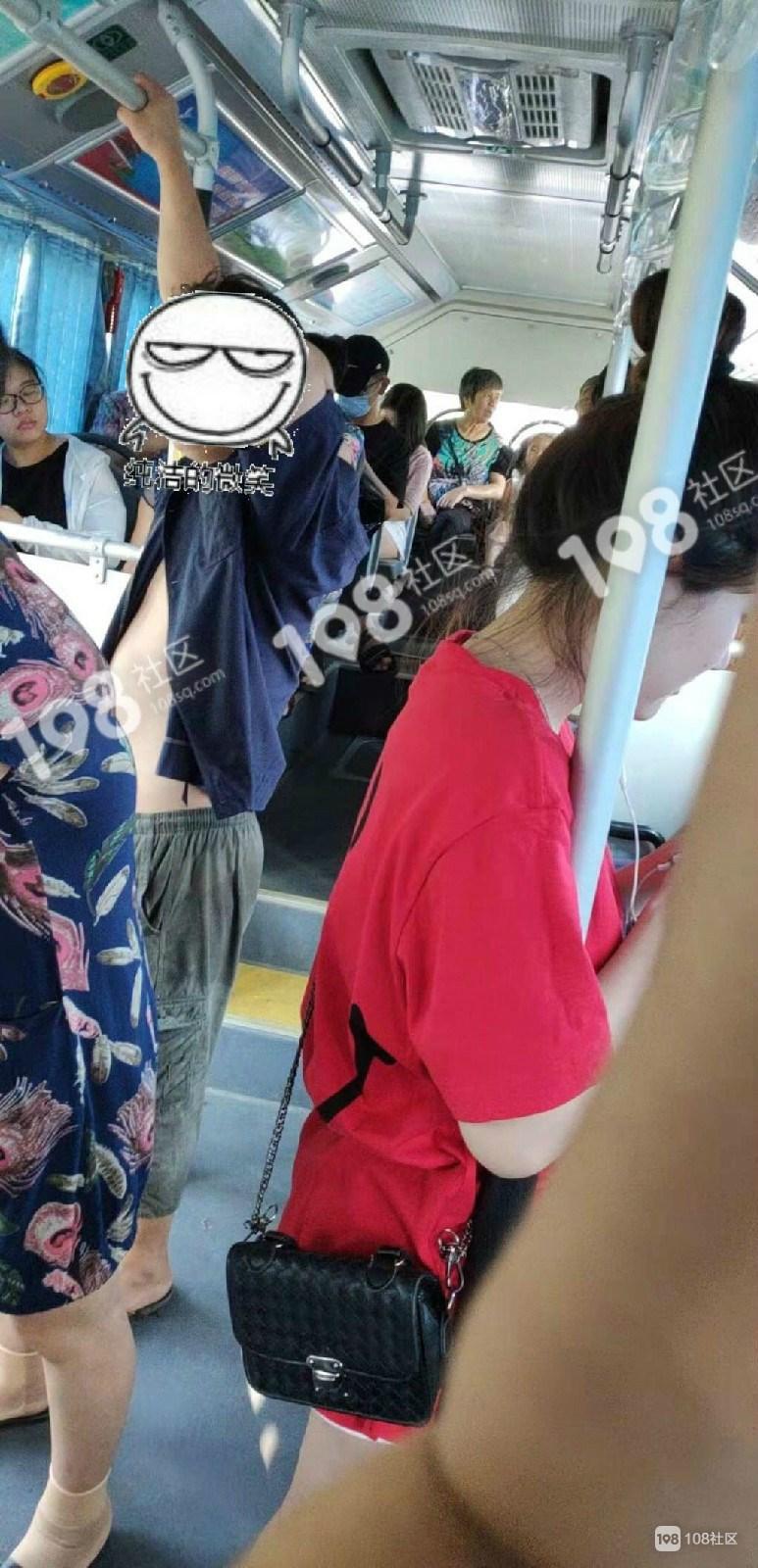 661公交车有个变态狂!衣服解开半裸,还往姑娘身上...