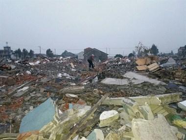 光明村拆迁这么久了,却还有一七旬老太住在这片废墟中…