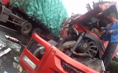 """危险!衢州高速上一货车跟车太近,追尾前车""""撞破头"""""""