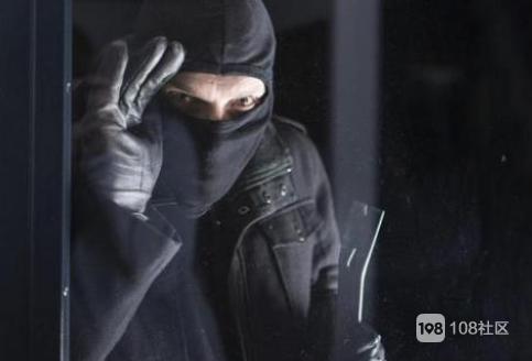 凌晨被狗叫声吵醒,出门一看竟有个黑衣黑裤戴帽子口罩的男人