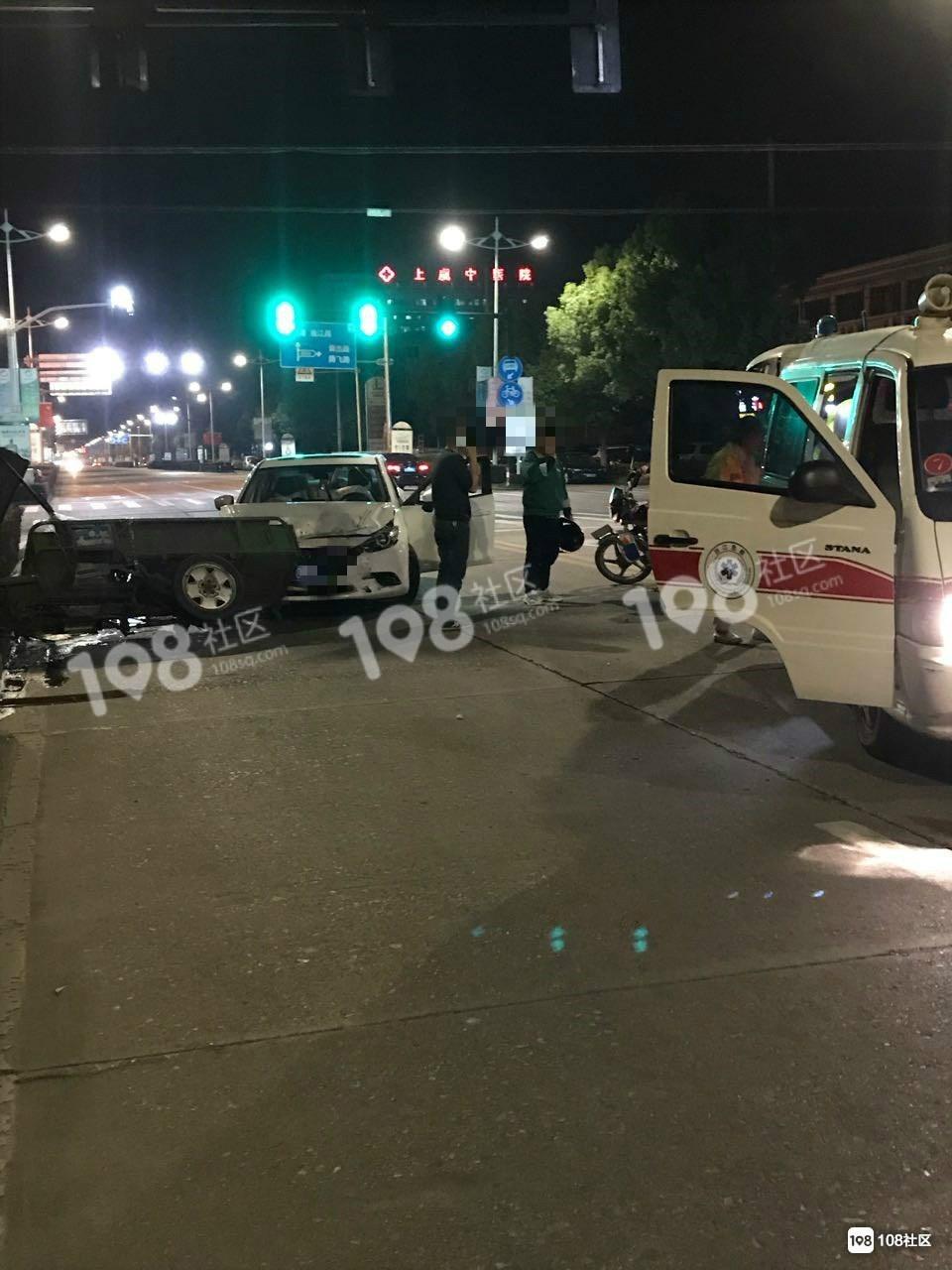 开发区一男子凌晨酒驾撞上一大爷,气囊弹出玻璃碎了一地
