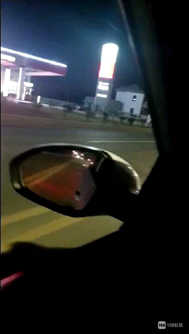 谢塘加油站发生惨祸!一年轻男子骑摩托撞上石墩,地上一滩血