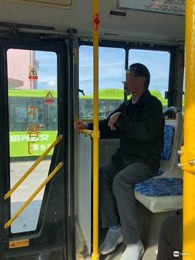 只因这事,一老人怒骂628公交司机:你的车要开到河里去了