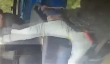 乘客打司机,他挺身而出脚踹抢夺方向盘者,救了一车人!
