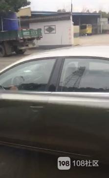这样真的安全吗?三角中队两男女边开车边秀恩爱,后面都堵了