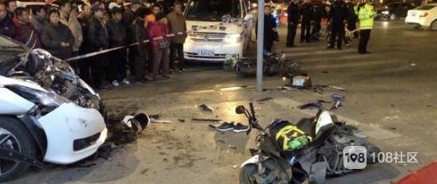 被女友用围巾勒住脖子,小车失控冲向人行道,致1死6伤!