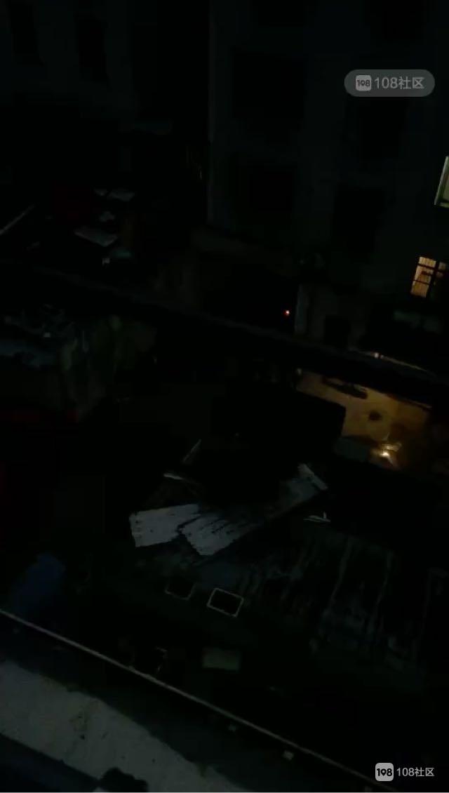 刚刚!凤山社区一女子不小心从阳台掉下,120已赶到现场