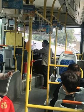 看着有点慌!665A公交上一老太站在司机旁手舞足蹈地聊天