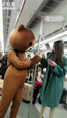 玩偶熊地铁上调戏美女 摸完脸居然还摸屁股 最后…