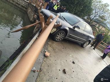 小越一车撞护栏差点掉河里!肇事者接下来的行为令人大跌眼镜