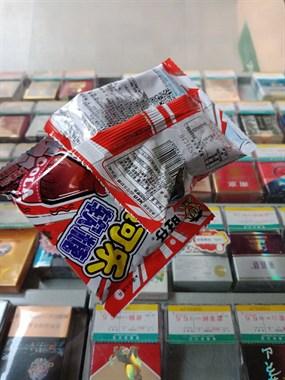 一男童来我店里偷2块钱的糖,现在竟赖我这儿不走了!