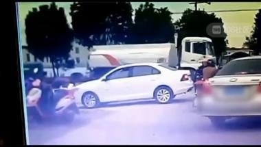 东关一男子自己车倒退撞上三轮,竟还下车打老人发泄