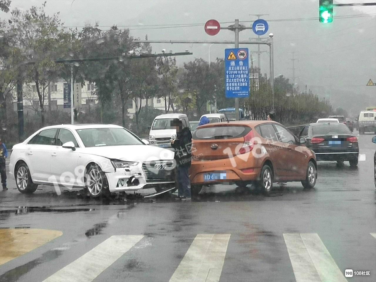一大早看到奇葩车祸!怎么看都不可能撞一起,可偏偏就撞了