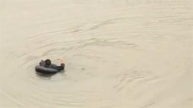 神马情况?这么冷的天一男子把自己泡在河里,真相原来是这个