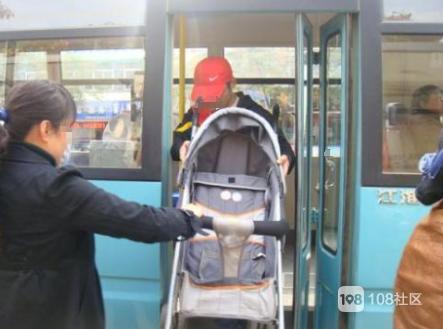 推着孩子在汽车站坐车,可这司机的做法却让我气得不行