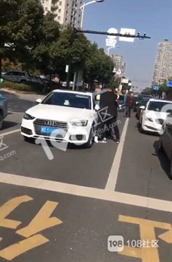 人医门口的马路上,两车主直接当街打起来了只因…