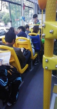 现在的中学生都这么开放?穿着校服就在公交车上亲了起来