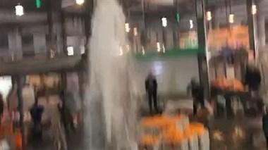西站水果市场消防栓突然破裂,水柱如喷泉!摊主集体撤离货物