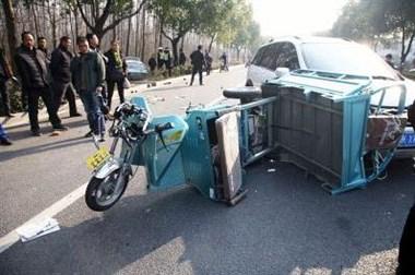我爸妈被逆向行驶的电瓶车撞上,可他们却不依不饶还说...