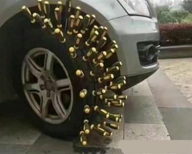 女子买新车,开车去上班,打火不走,下车看到车胎,哭成泪人