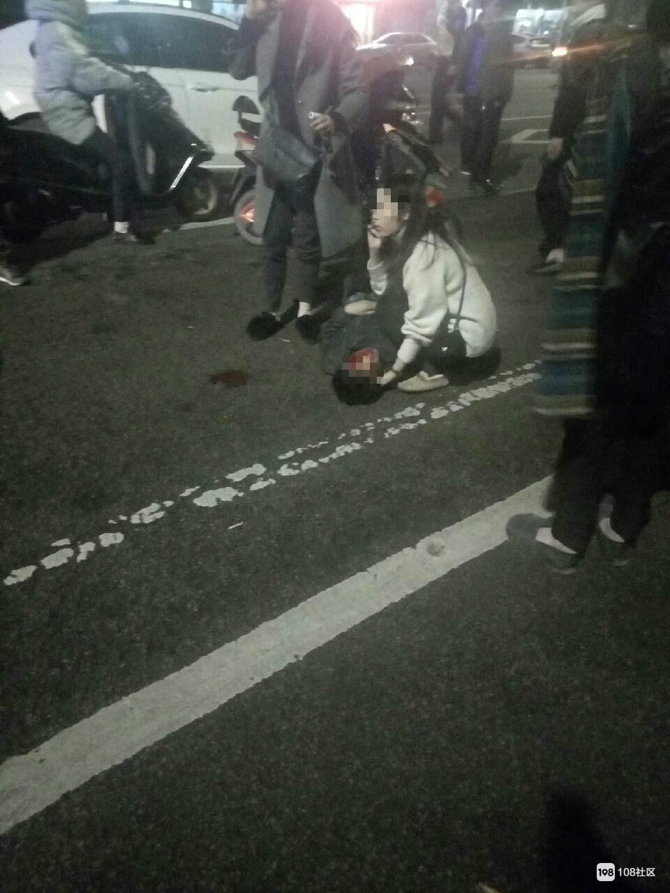 百官刚刚发生车祸!一男子脸上磕出大坑,还有一女子满地打滚