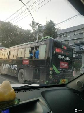 太危险!崽哩子坐2号线公交把腿架在窗户上 司机还没注意…