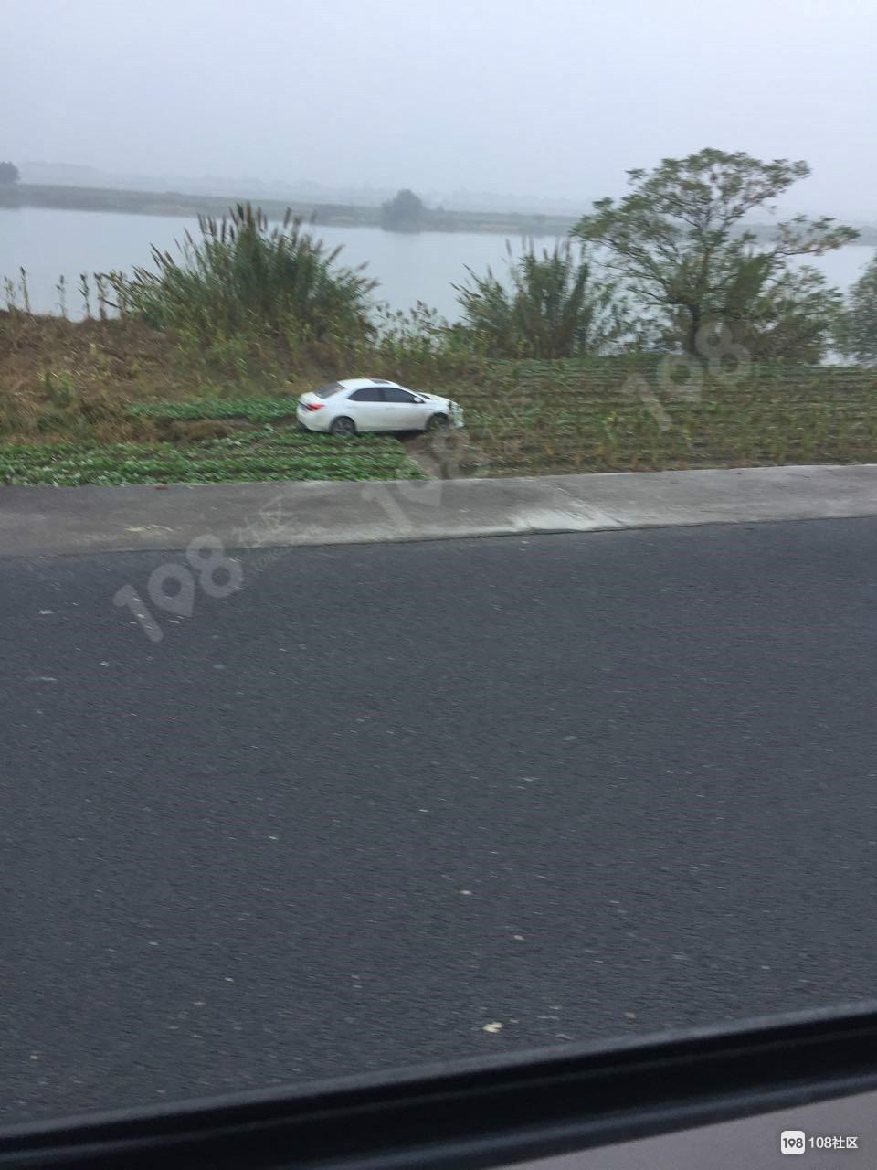 雾天请注意!沥海3辆车开下塘路,其中一奥迪已被吊起拖走