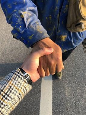 横山坞上坡路上一老大哥车没电了,美女社友拉起了他的手..