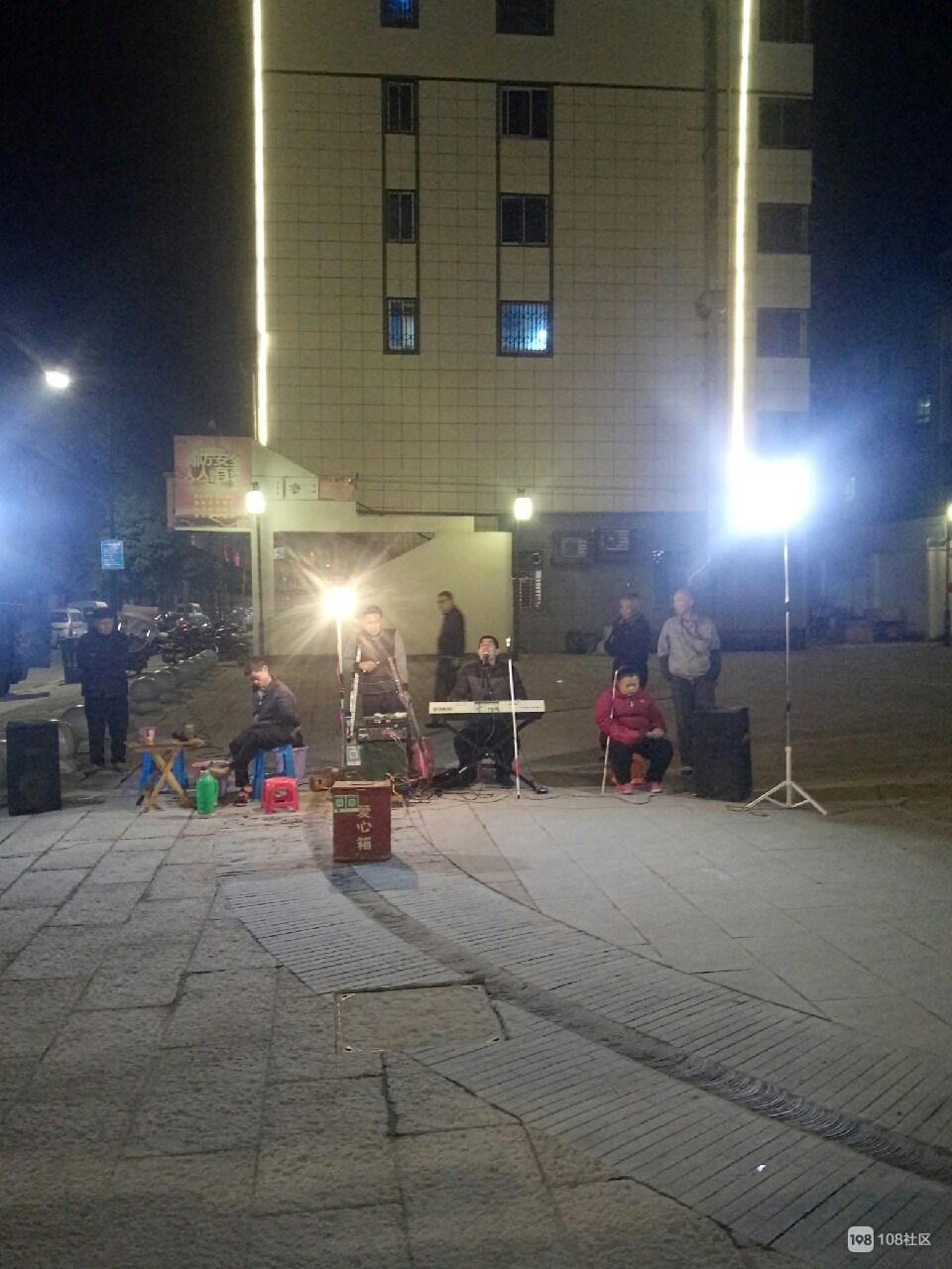 四个残疾人的街头演唱会,打动了许多围观者们奉献的爱心
