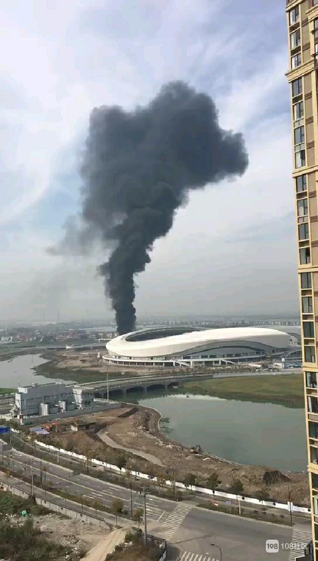 高铁新城体育馆附近突然着火,滚滚黑烟不停地往上冒