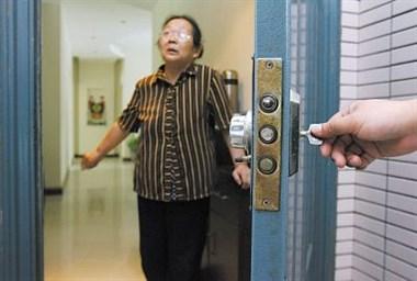 无语!去我姐家串门,她婆婆骗我们说姐姐不在还把灯关了!