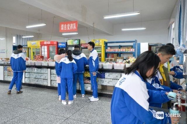 """给学生餐卡返钱的""""网红""""中学食堂:还有11年没变的5元餐"""