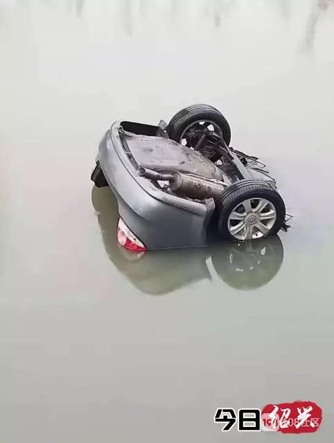 一浙D牌小车冲断护栏坠入河中,50多岁的男司机不幸身亡