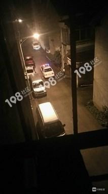 恒利小区一站街女带哭腔求警察放过,结果2男1女被当场带走