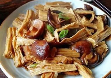 """腐竹和""""它""""是绝配,不用放肉,味道香浓,分分钟让你大开食欲!"""
